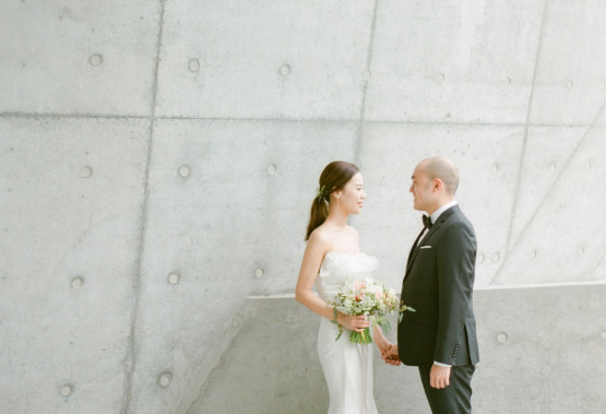 Love the cool tone for this stylish couple!