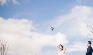 青空の下の結婚写真